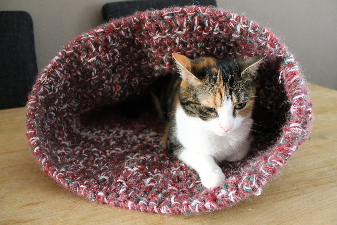 Tutorial: Super Bulky Crocheted Cat Bed | Red-Handled Scissors | 733x1100